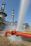 L'eau de pulvérisation de tuyau d'incendie sur la prise d'incendie Image libre de droits