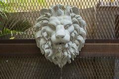 L'eau de pulvérisation principale de sculptures en lion dans le jardin Sculptures principales en lion images libres de droits