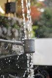 L'eau de purification de la cascade d'Otowa au temple de Kiyomizu-dera photo libre de droits