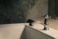 L'eau de robinet dans l'outil de détail de plan rapproché de salle de bains Photo libre de droits