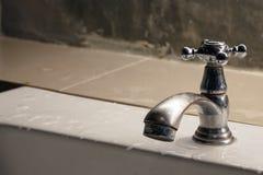 L'eau de robinet dans l'outil de détail de plan rapproché de salle de bains Image libre de droits