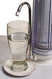 l'eau de robinet de filtration d'effacement Images libres de droits