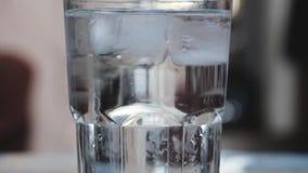 L'eau de scintillement Pour, tonique dans un becher en verre banque de vidéos