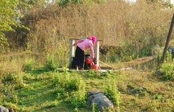 L'eau de scoop de personnes du puits d'eau Image libre de droits
