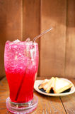 L'eau de seltz rouge avec le sandwich Photographie stock