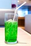 L'eau de seltz verte de petit morceau de boissons non alcoolisées de saveur de fruit Photos libres de droits