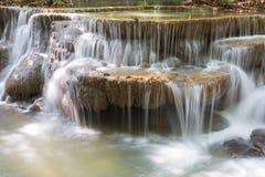 L'eau de source de plan rapproché cascade en cascades profondes de forêt de forestCloseup profond en parc national photographie stock