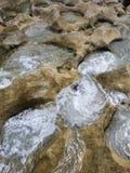 L'eau de tourbillonnement dans des piscines de marée photo libre de droits