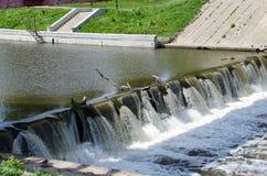 L'eau de tourbillonnement sauvage libérée du barrage photo libre de droits