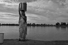 L'eau de transport de femme images libres de droits
