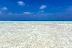 L'eau de turquoise au-dessus d'un banc de sable Images libres de droits