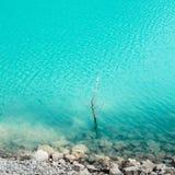 L'eau de turquoise de Lago di Tenno Photographie stock