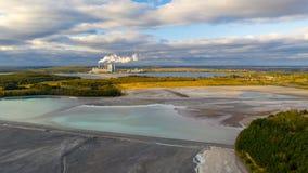 L'eau de turquoise du lac actionnée par les déchets minéraux de centrale photographie stock