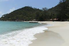 L'eau de turquoise sur le sable d'or en mer d'Andaman Photos stock