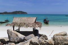 L'eau de turquoise sur le sable d'or en mer d'Andaman Photographie stock libre de droits