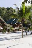 L'eau de turquoise sur le sable d'or en mer d'Andaman Images stock
