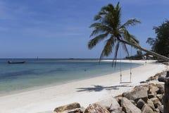 L'eau de turquoise sur le sable d'or en mer d'Andaman Image stock