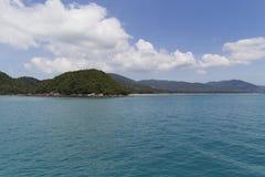 L'eau de turquoise sur le sable d'or en mer d'Andaman Photo libre de droits