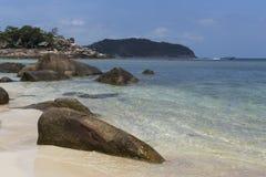 L'eau de turquoise sur le sable d'or en mer d'Andaman Image libre de droits