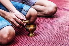 L'eau de versement cérémonieuse consacrant le mérite photo libre de droits