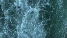 L'eau de vert de mer avec les vagues blanches banque de vidéos
