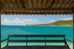 L'eau de vert vert et ciel bleu Photographie stock libre de droits