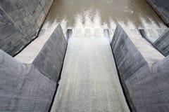 L'eau du barrage de porte Photographie stock