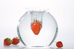 l'eau en baisse de fraises de cuvette Photos stock