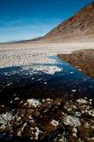 L'eau en bassin de badwater Image libre de droits