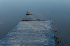 L'eau en bois de passage couvert Photographie stock