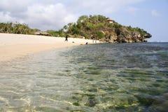 L'eau en cristal d'une plage à Yogyakarta images stock