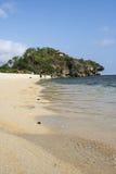 L'eau en cristal d'une plage dans un midi à Yogyakarta photographie stock libre de droits