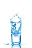 L'eau en glace d'isolement sur le blanc images stock