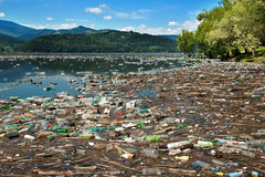 l'eau en plastique de pollution Photo stock