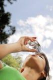 l'eau en verre de boissons photographie stock libre de droits
