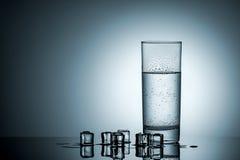 L'eau en verre et glaçons misted Photographie stock