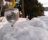 L'eau en verre sur le rock1 photos stock