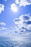 l'eau ensoleillée de ciel bleu de fond image libre de droits