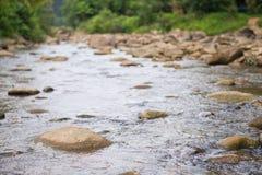 L'eau entrant dans la rivière image libre de droits