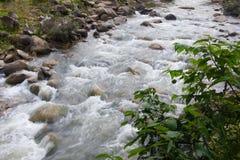 L'eau entrant dans la rivière image stock