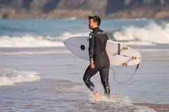 l'eau entrante de surfer Photographie stock libre de droits