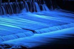 L'eau est la source de la vie/de remous de l'eau enveloppée à une exposition dans la lumière bleue Image stock