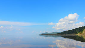 L'eau et contacts toujours propres de ciel sur l'horizon Rivière calme dans le meilleur Photo stock