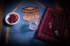 L'eau et dates Iftar est le dîner Vue des vacances de Ramadan Kareem de décoration sur le tapis Carte de voeux de fête, invitatio image libre de droits