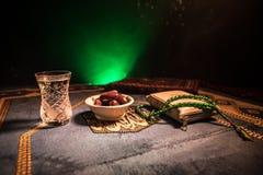 L'eau et dates Iftar est le dîner Vue des vacances de Ramadan Kareem de décoration sur le tapis Carte de voeux de fête, invitatio photographie stock