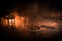 L'eau et dates Iftar est le dîner Vue des vacances de Ramadan Kareem de décoration sur le tapis Carte de voeux de fête, invitatio photographie stock libre de droits