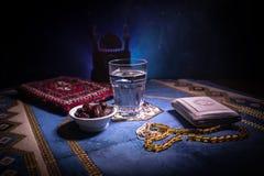 L'eau et dates Iftar est le dîner Vue des vacances de Ramadan Kareem de décoration sur le tapis Carte de voeux de fête, invitatio images libres de droits