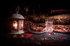 L'eau et dates Iftar est le dîner Vue des vacances de Ramadan Kareem de décoration sur le tapis Carte de voeux de fête, invitatio images stock