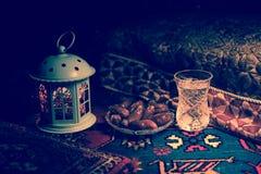 L'eau et dates Iftar est le dîner Vue des vacances de Ramadan Kareem de décoration sur le tapis Carte de voeux de fête, invitatio image stock