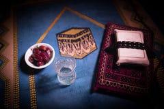 L'eau et dates Iftar est le dîner Vue des vacances de Ramadan Kareem de décoration sur le tapis Carte de voeux de fête, invitatio photo libre de droits